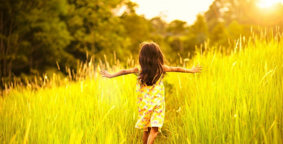 little_girl_running_on_meadow_with_sunset-1920x1200